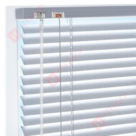 Горизонтальные перфорированные алюминиевые жалюзи на пластиковые окна - цвет серебристый металлик